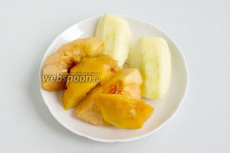 Персик очистите от шкурки, удалите косточку, яблоко также очистите от кожуры и удалите сердцевину.