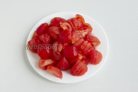 С помидоров удалите шкурку. Нарежьте дольками.