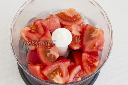 Удалите шкурки с помидоров. Нарежьте мякоть крупными ломтиками.