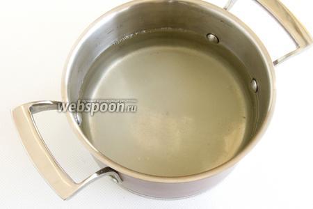 Слейте воду в кастрюлю, добавьте сахар. Доведите до кипения.