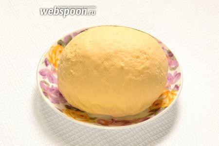 Тесто должно быть эластичным и при этом не липнуть к рукам. Но замесить нужно лучше чуть туже желаемого, так как после отдыха тесто станет мягче. Тесто накрыть и оставить минут на 30.