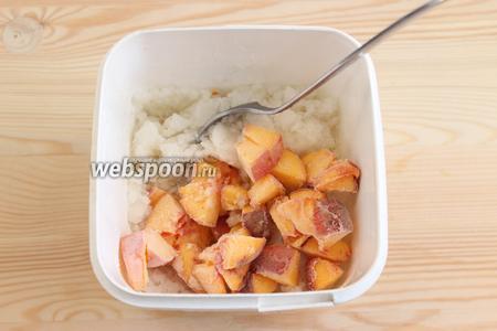 Через 1,5-2 часа уже можно добавить нарезанные кусочки персика. Ещё раз перемешаем. Даём охладиться ещё 30 минут.