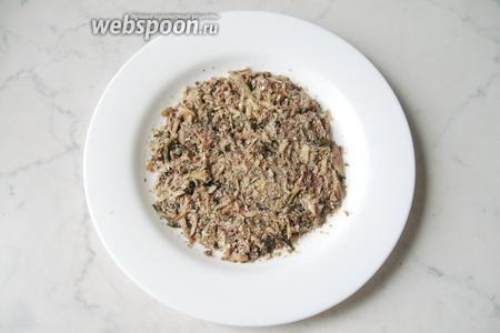Шпроты размять вилкой и выложить первым слоем на тарелку.