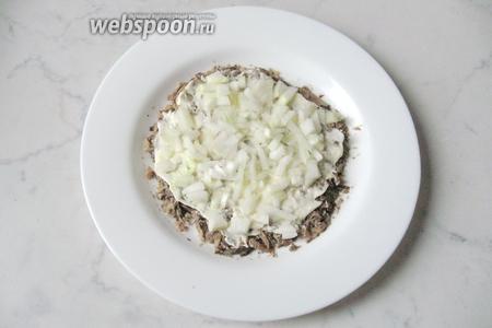 1 небольшую луковицу почистить, помыть и мелко нарезать. Выложить следующим слоем. Хорошо подойдёт сладкий салатный лук, но можно взять и обычный.