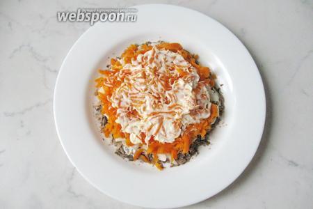 Морковь покрыть слоем майонеза.