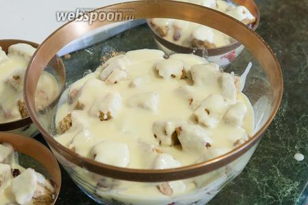 Заливаем десерт сливками, взбитыми с сахарной пудрой.