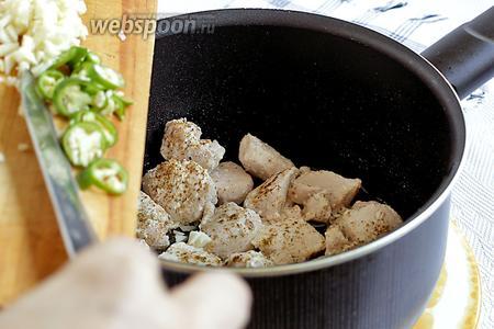 Затем добавить острый перец и рубленый чеснок, перемешать и поджарить всё вместе до характерного чесночного запаха.
