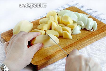 Картофель и лук нарезать не очень мелко. Лук — перьями, а картофель — кусочками.