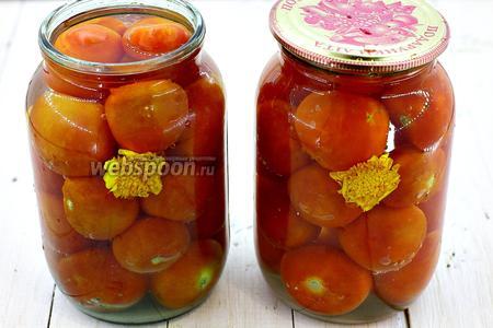 Налейте холодную воду, можно прямо с крана, чтобы покрыть помидоры. Накройте чистыми крышками.