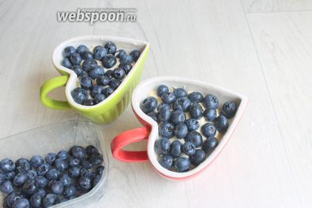 Накладываем нашу ягоду. Если нет голубики, можно взять ежевику или вишню.