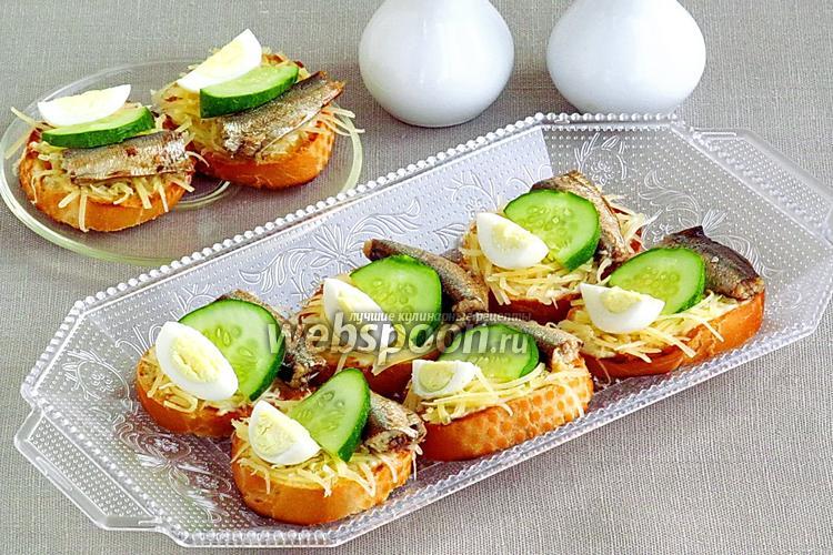 Рецепт Бутерброды со шпротами, перепелиными яйцами, огурцом и сыром