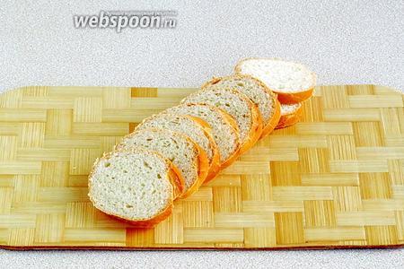 Мини-багет нарезать тонкими ломтиками толщиной 5 мм.