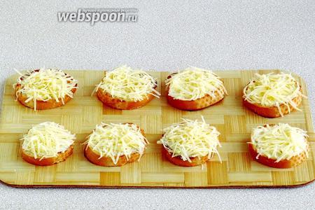 Поверх разложить сыр.