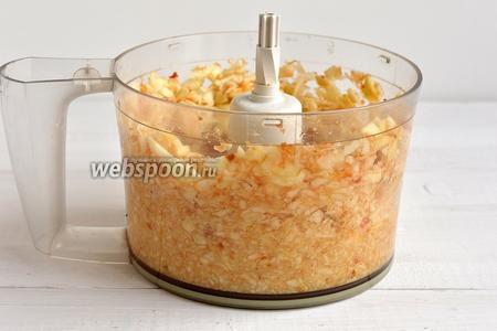 Яблоки помыть, очистить от кожицы и семенной камеры. Измельчить в кухонном комбайне (насадка — металлический нож).