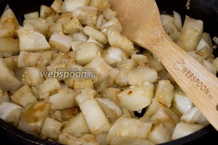 Обжарьте на растительном масле, добавьте ломтики баклажанов. Обжаривайте на среднем огне 10 минут.
