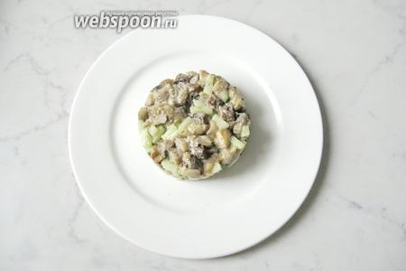 Выложить порцию салата на тарелку.