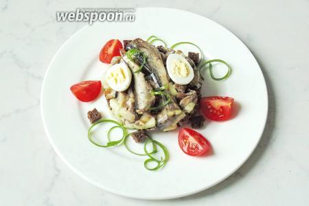На верх салата выложить шпроты. Украсить сваренными вкрутую перепелиными яйцами и помидорами черри. Салат готов. Подаём на закуску.
