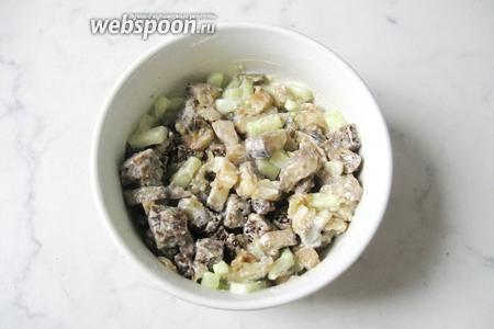 Посолить и поперчить по вкусу. Перемешать баклажаны, огурцы, сухарики и майонез с солью и перцем. Основа салата готова.