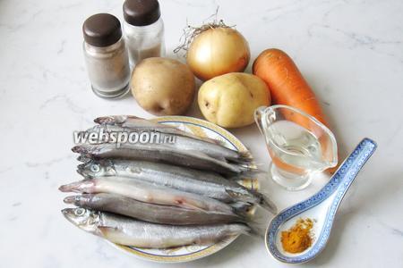 Для того, чтобы приготовить мойву, запечённую в духовке с овощами, берём такие продукты: мойву свежемороженую, лук репчатый, картофель, морковь, подсолнечное масло, куркуму молотую, соль и перец чёрный молотый.