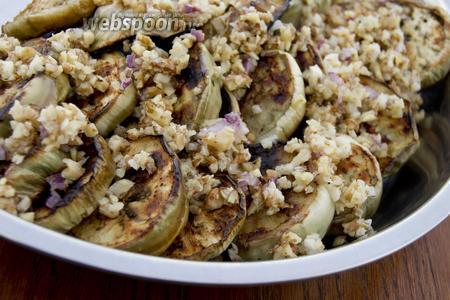 Готовые баклажаны обильно сдобрите ореховым соусом.