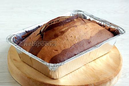 Дать кексу остыть в форме, а потом извлечь.