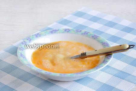 Яйца разбить в миску и взболтать вилкой до лёгкого объединения.