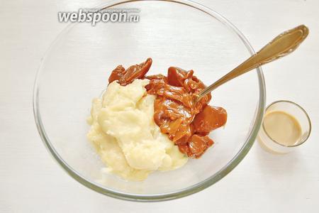 В остывшую основу добавляем 200 г варёного сгущённого молока, ликёр Бейлис (1 ст. л.) и перемешиваем.