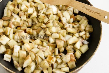 Обжарьте кусочки баклажанов на растительном масле до золотистого цвета и небольшой мягкости.