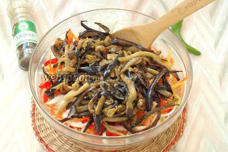 Горячие баклажаны выложить к овощам в миску и перемешать.