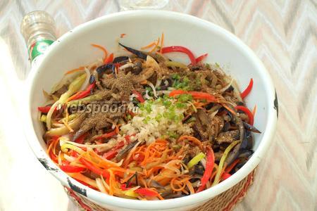 Мелко нарезать горький перец, удалив из него семечки. Мелко порубить чеснок. Добавить в миску приправу для корейской моркови, перец и кориандр.