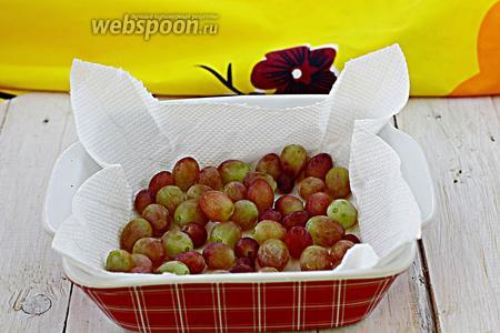 Отделите ягоды от грозди. Разложите на бумажное полотенце. Виноград должен полностью высохнуть.