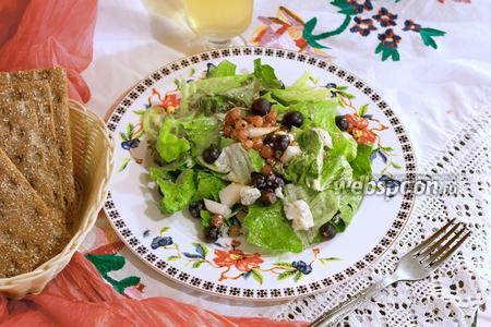 Салат с йоштой, смородиной и голубым сыром