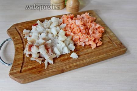 Филе белой и красной рыбы нарезать мелким кубиком.