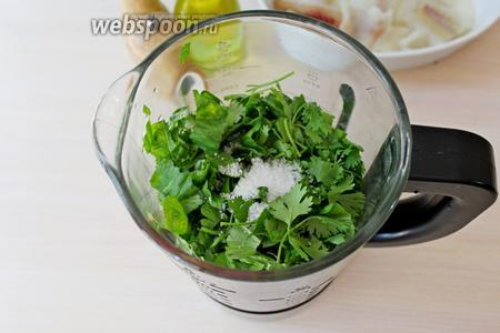 Выложить овощи и зелень в чашу блендера и измельчить.