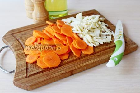 Морковь нарезать кружочками, корень сельдерея — соломкой.
