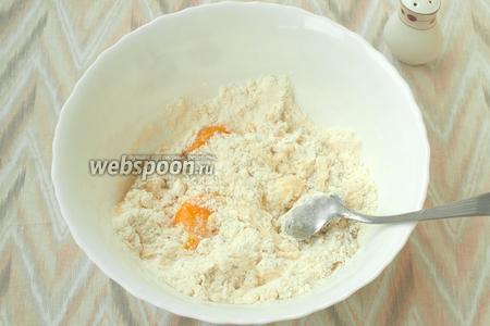 Добавить в миску яйца и влить подсолнечное масло. Хорошо размешать.