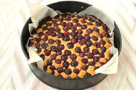 Нагреть духовку до 180°C и печь пирог около 40 минут до сухой зубочистки. Остудить пирог в форме, затем вынуть и посыпать сахарной пудрой. Приятного аппетита!