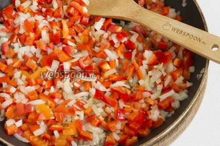 Обжаривайте измельчённые чеснок, лук и перец на растительном масле до полупрозрачности лука.