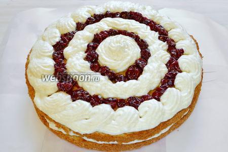 Можно начать сборку нашего торта. Сразу отделите 1/3 часть крема для промазывания боковых сторон торта. На нижний и средний коржи выкладываем вишню по кругу. Вишнёвое варенье предварительно процедить через сито, дать возможность сиропу стечь. Заполняем кремом пустоты между вишней. Верхний корж пока не смазываем. Убираем торт в холодильник на 30-40 минут.