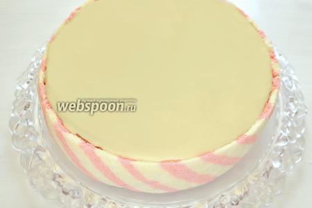 Готовим заливку для торта по рецепту « Клюквенный тарт с белым шоколадом ». Поскольку мне нужно залить всего лишь  верх торта, я взяла ¼ часть, от указанных в рецепте ингредиентов заливки. Перед шоколадной заливкой смазываем верх торта горячим абрикосовым сиропом, очень тонким слоем, шоколад распределится ровнее. Заливаем глазурью верхний корж, не касаясь цветных полосок. Заливка получается тягучая, пластичная и хорошо ложится на корж. Отправляем торт снова в холодильник на 2-3 часа, а лучше на ночь для полной пропитки всеми ароматами, которыми мы так щедро наделили наш тортик.