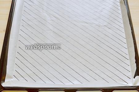 Вначале подготовим бумагу для выпечки диагонального цветного бисквита. Нарисуем на бумаге диагональные полоски шириной 1 см, перевернув бумагу. Положим её на противень. Противень у меня размером 30х35 см. Включим духовку на 180°С и займёмся тестом.