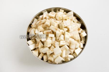 Баклажаны промойте, нарежьте мелкими кубиками.