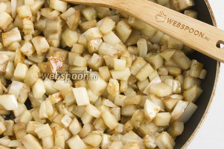 Баклажаны обжарьте на растительном масле, чтобы кусочки немного подрумянились и стали мягкими.
