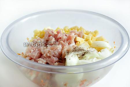 Куриное филе или другое мясо нарезать самыми мелкими кусочками. Смешать с овощным фаршем, влить растительное масло, посолить и хорошенько размешать руками, приминая полученный фарш.