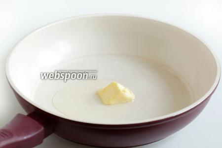 В сковородку положить кусочек сливочного масла, влить 1-2 ложки растительного, разогреть.