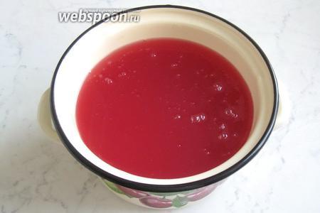 Влить разведённый крахмал в кипящий фруктовый отвар и варить, помешивая, до загустения киселя. Подавать кисель в тёплом или холодном виде.