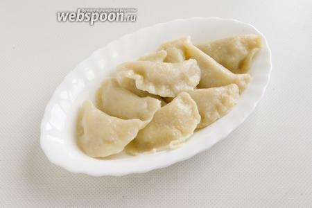 При подаче можно дополнить вареники сливочным маслом или сметаной. Подавайте вареники горячими.
