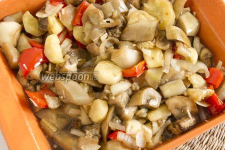 Овощи вместе с маринадом поместите в форму для запекания, немного посолите и поставьте в духовку. Запекайте при 180-190°С до готовности. 2 раза перемешайте.