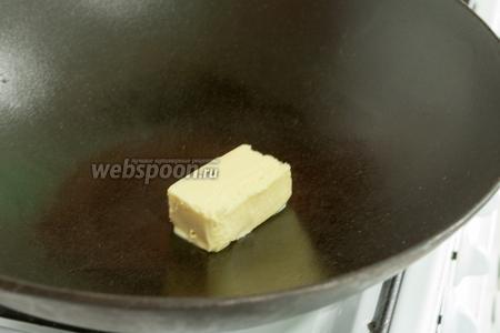 Если у вас уже есть замороженный бульон такого вида, как мы приготовили, то можно сэкономить время и начинать приготовление ризотто со спаржей с этого шага. Растопим сливочное масло в воке или сотейнике.