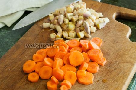 Порежем морковь и спаржу.
